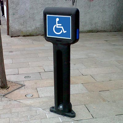 Infomaster bollard with additional blue side reflectors